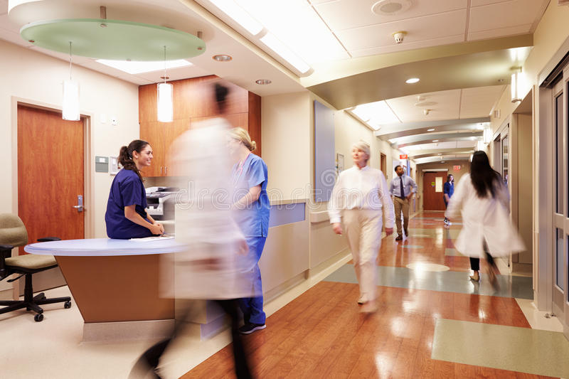 Upptagen sjuksköterskas station i modernt sjukhus arkivfoto
