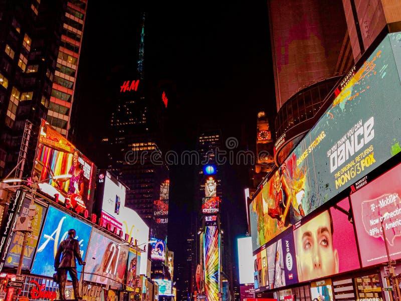 Upptagen stad med ljusa ljus New York royaltyfri fotografi