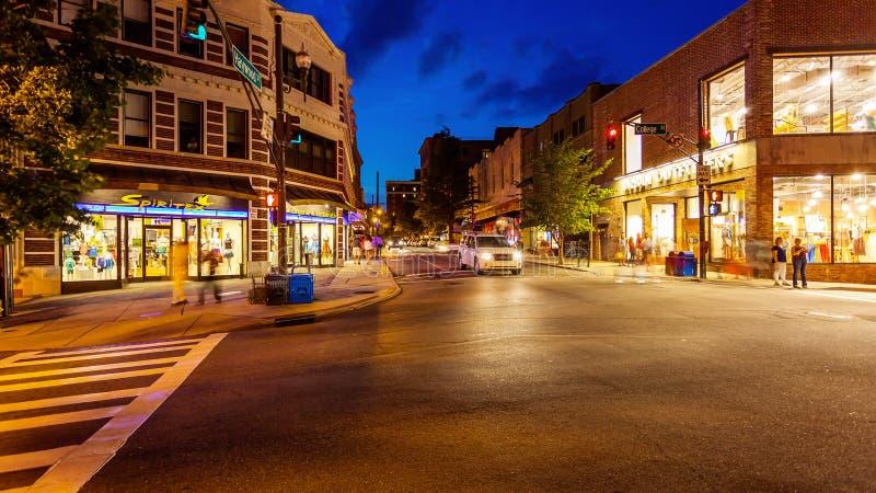 Upptagen stadsgata i i stadens centrum Asheville, North Carolina arkivbilder