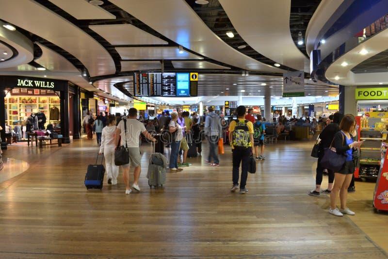 Upptagen terminal för internationell flygplats Heathrow royaltyfria bilder