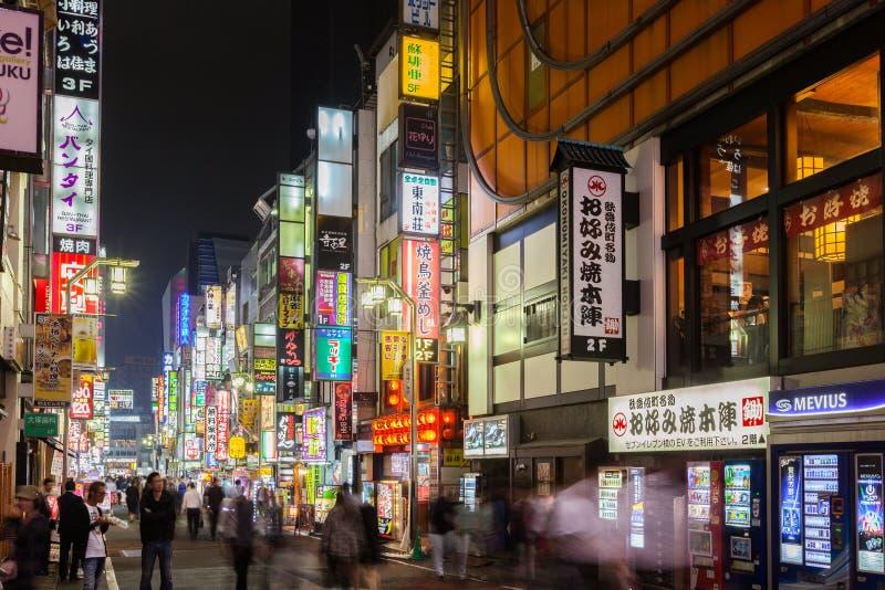 Upptagen Tokyo kommersiell gata royaltyfria bilder