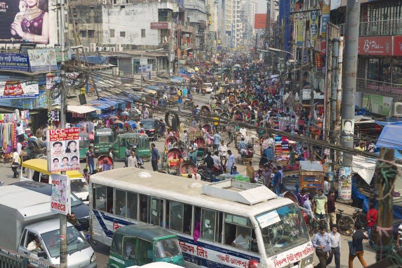 Upptagen trafik på den centrala delen av staden i Dhaka, Bangladesh royaltyfria bilder