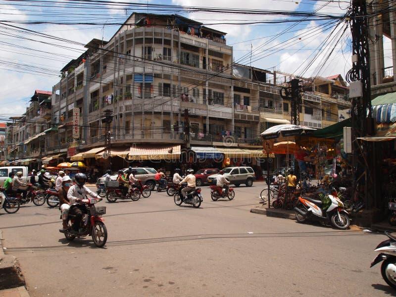 Upptagen trafik på en föreningspunkt i Phnom Penh royaltyfri fotografi