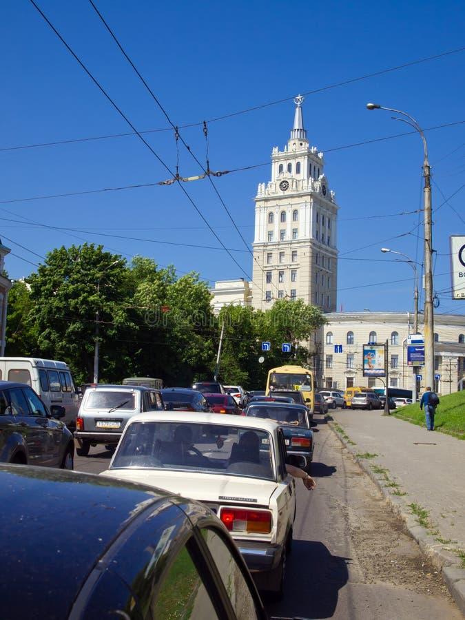 Upptagen trafik på tvärgatorna av revolutionavenyn i Voronezh, Ryssland arkivbilder