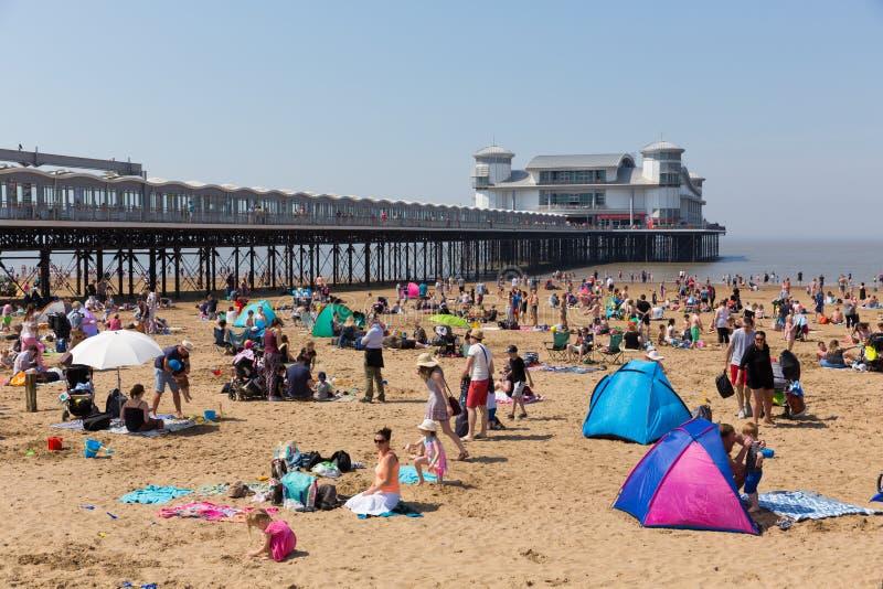 Upptagen UK-strandWeston-toppen-sto med pir på den härliga Maj bankfridaghelgen arkivfoton