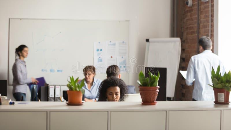 Upptaget arbete för olika kollegor i delat kontor royaltyfria bilder
