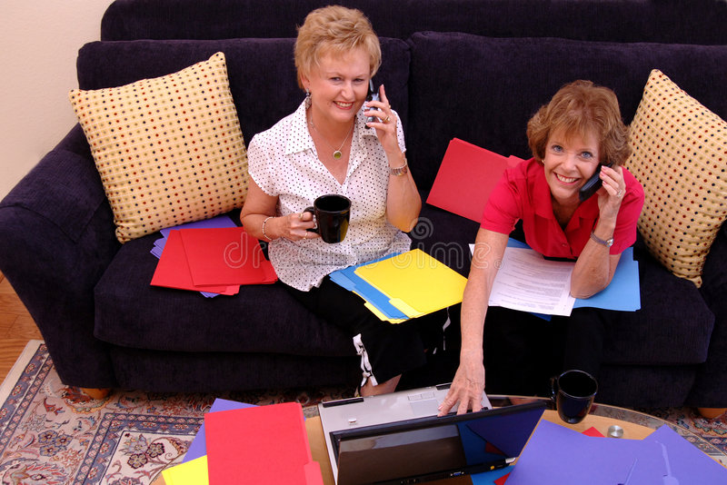 upptaget home fungera för kvinnor royaltyfri bild