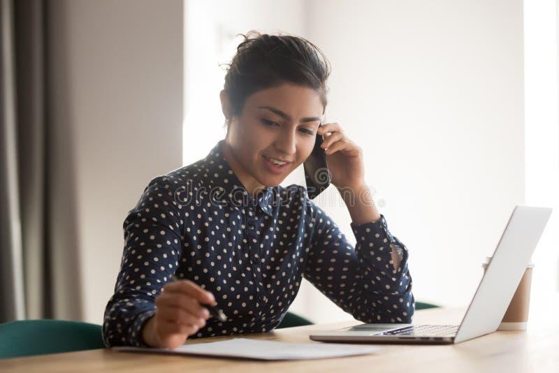 Upptaget kvinnligt indiskt anst?lldsamtal p? mobiltelefonen p? arbetsplatsen arkivbild