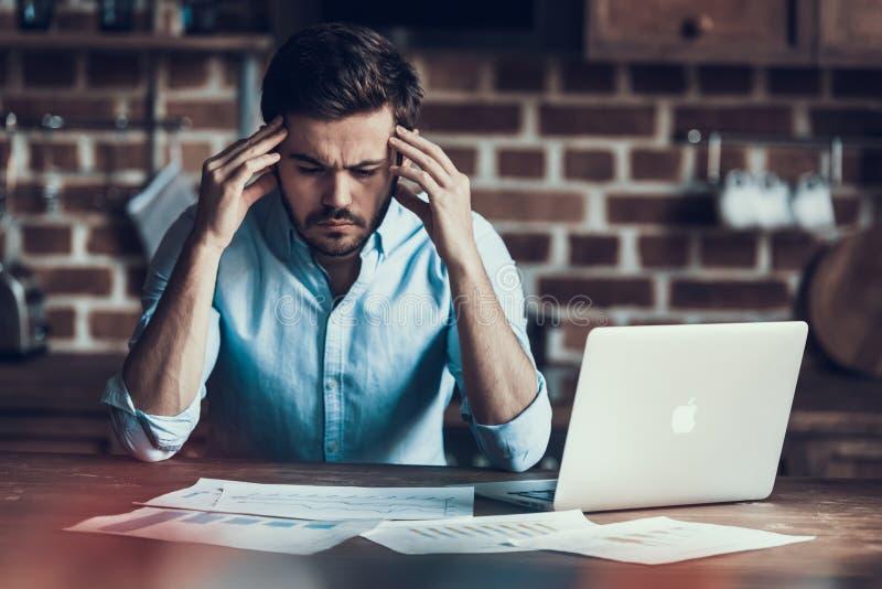 Upptaget med arbetsaffärsmannen Working Laptop Home royaltyfri foto