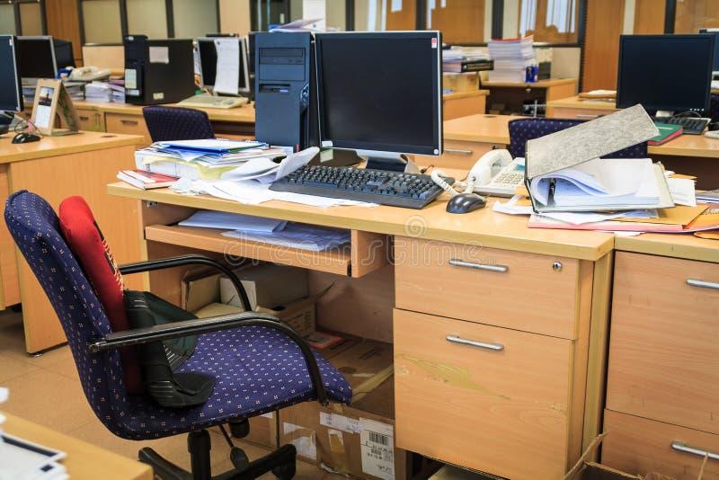 Upptaget smutsigt kontor arkivbild