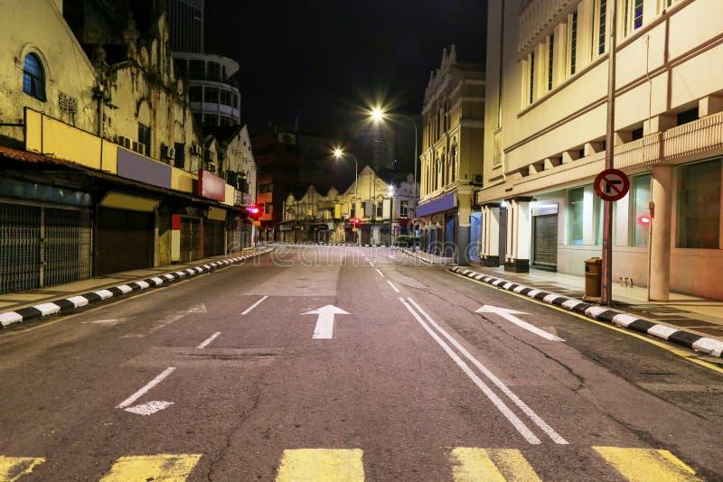Upptaget under dag men inte trafik sent på natten på denna väg i Kuala Lumpur Malaysia royaltyfria bilder