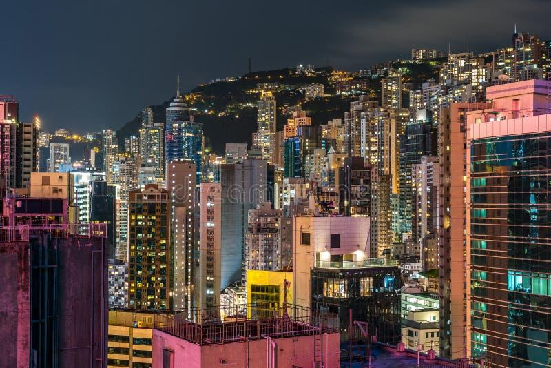 Upptagna bostads- och kommersiella byggnader för Hong Kong horisont, royaltyfria foton
