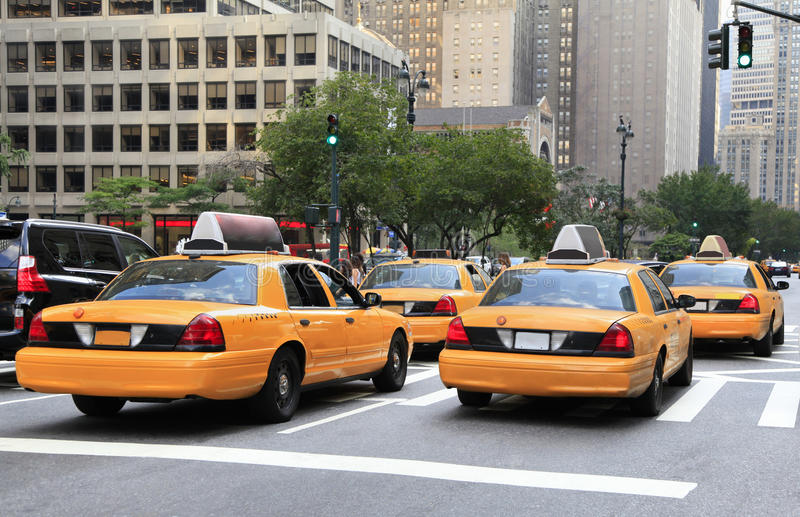 Upptagna gula taxi i trafik, New York City royaltyfri fotografi