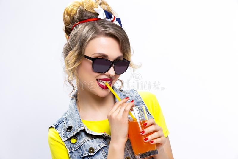 Upptakt och lycklig Caucasian blond flicka arkivfoto