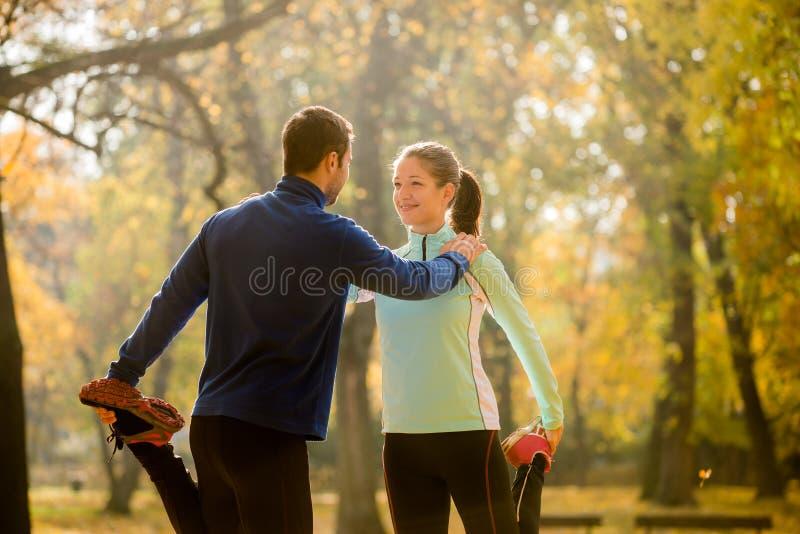 Uppvärmning, innan att jogga royaltyfria foton