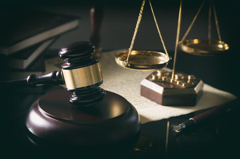 Uppvakta auktionsklubban, skala av rättvisa, lagtema royaltyfria bilder