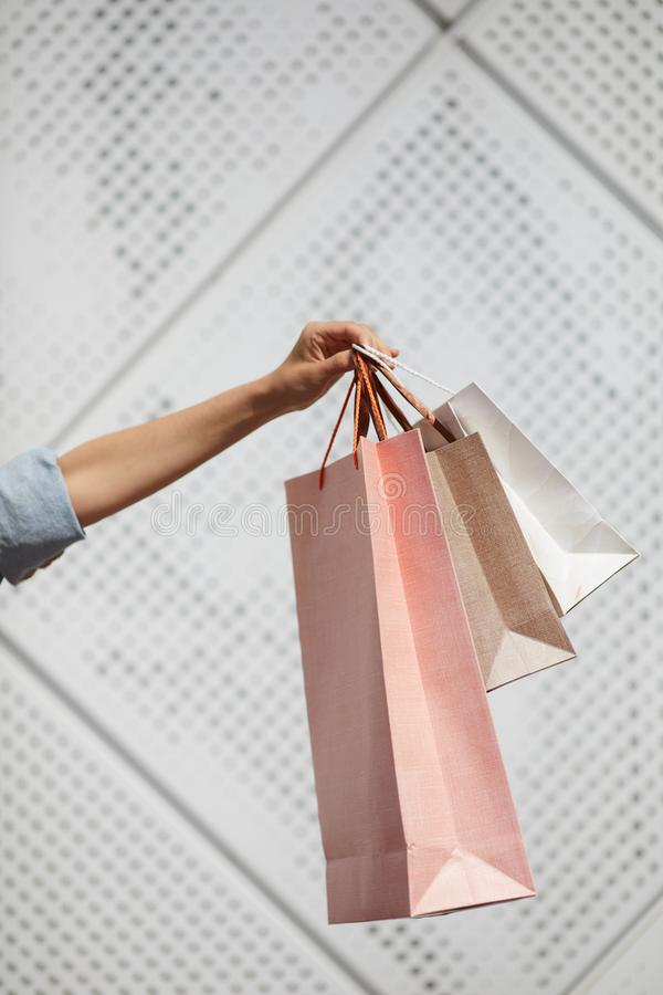 Uppvisning av shoppingpåsar royaltyfria foton