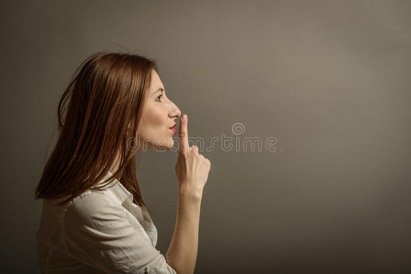 Uppvisning av tystnadtecknet fotografering för bildbyråer