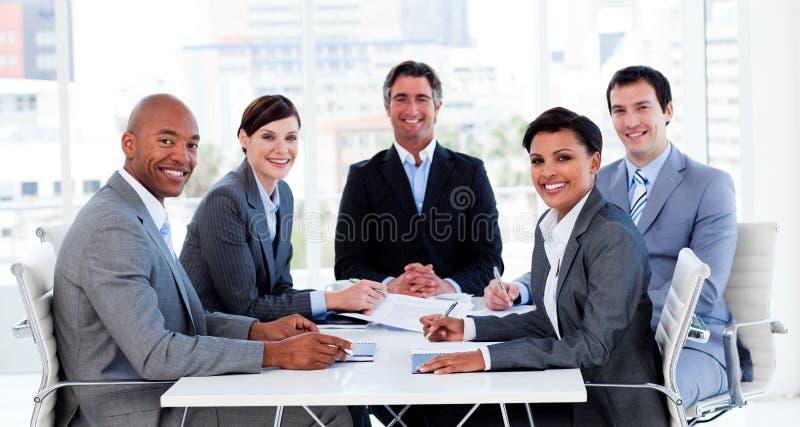 uppvisning för affärsmångfaldfolkgrupp royaltyfria bilder