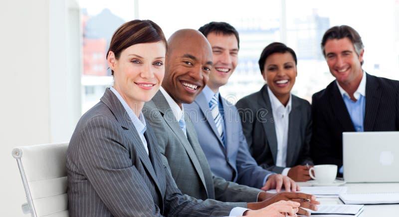Download Uppvisning För Affärsmångfaldfolkgrupp Fotografering för Bildbyråer - Bild av affärsman, dator: 12025407