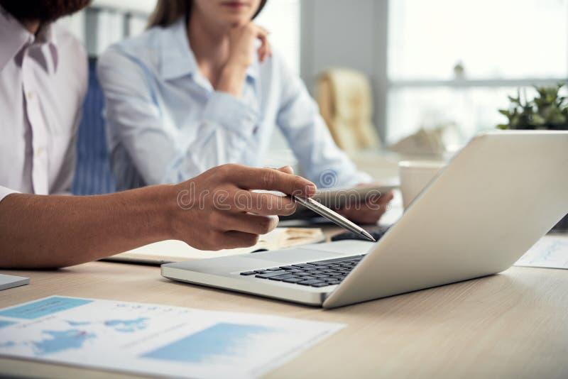Upraw coworkers używa laptop zdjęcie stock