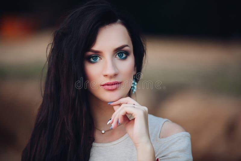 Uprawa elegancka ładna dama z niebieskimi oczami i pełnymi wargami obrazy stock