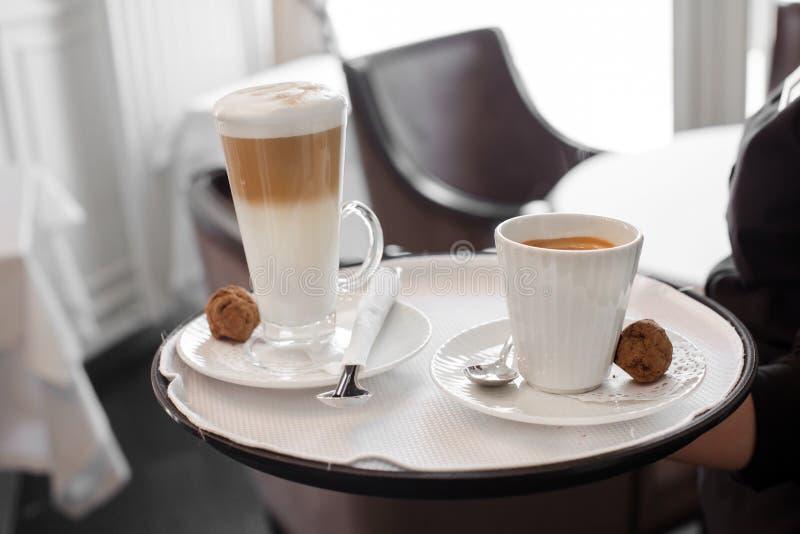 Uprawa kelner z kawą na tacy obraz stock