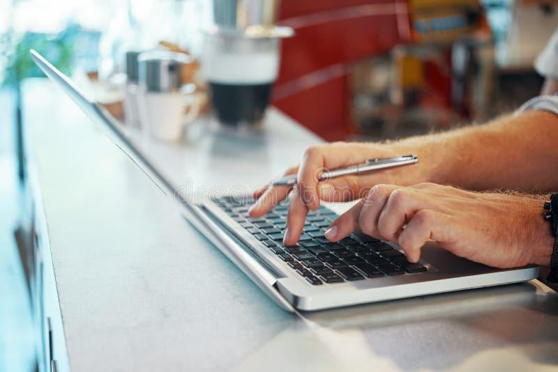 Uprawa kierownik używa laptop na kontuarze zdjęcia royalty free