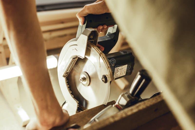Uprawa rzemieślnika tnąca tarcica na workbench obrazy royalty free