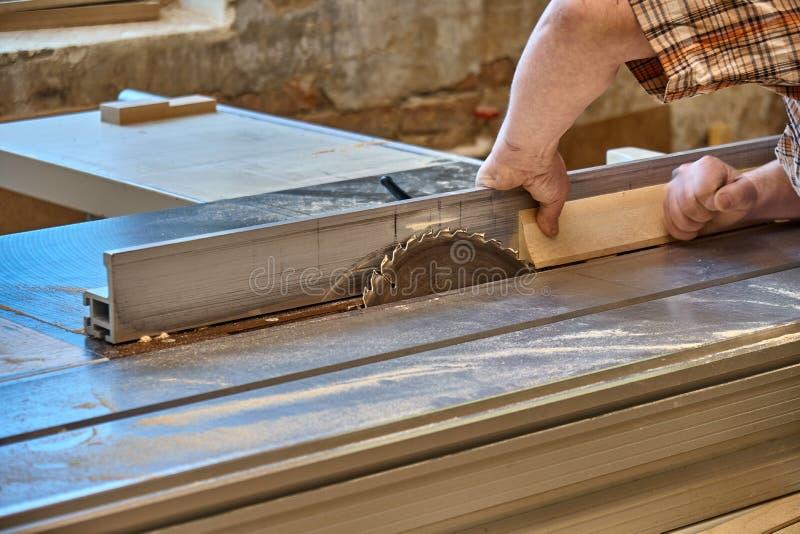 Uprawa rzemieślnika tnący drewno z stołowym zobaczył obrazy stock