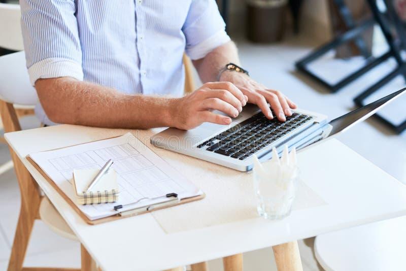 Uprawa właściciel bufet używać laptop zdjęcia stock
