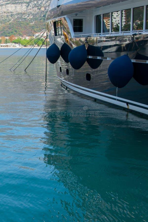 Uprawa widok luksusowy motorboat z fenders na spokój wodzie parkującej w marina, turkusowy morze obrazy royalty free