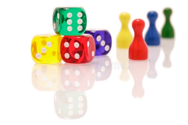 Uprawiać hazard dices i drewniane postacie odizolowywać na białym tle Gier, rozrywki i szczęścia pojęcie, zdjęcie stock