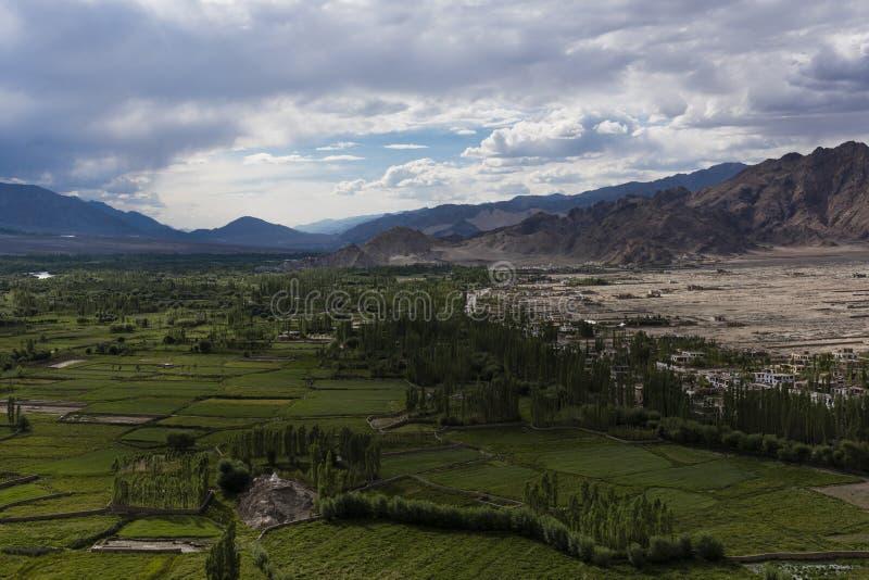 Uprawiać ziemię ugodę w pustynnych równinach Ladakh zdjęcia stock