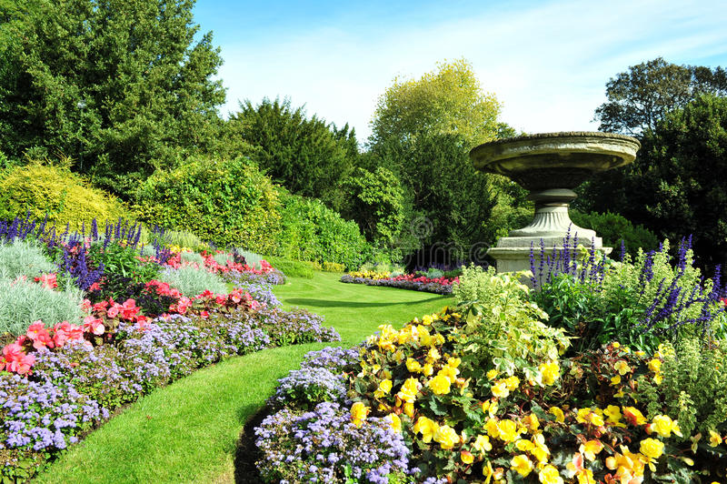 Uprawia ogródek Ścieżkę i Flowerbeds zdjęcia royalty free
