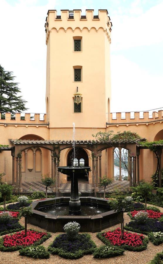 Uprawia ogródek przy kasztelem w Germay, wierza i fontanna zdjęcie royalty free
