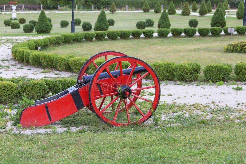 Uprawia ogródek wokoło ruina klasycznego pałac, dekoracyjny pistolet, Sobkow, Polska zdjęcie royalty free