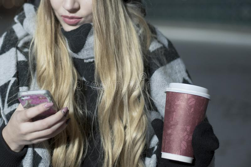Uprawy kobieta z kawą i smartphone obrazy stock