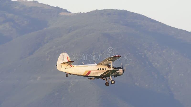Uprawy okurzania samolot nad polem obrazy stock