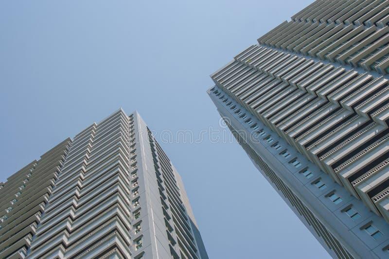 Uprisen vinkelarkitektur av bostads- byggnader för rad med blå himmel i bakgrunden royaltyfri fotografi