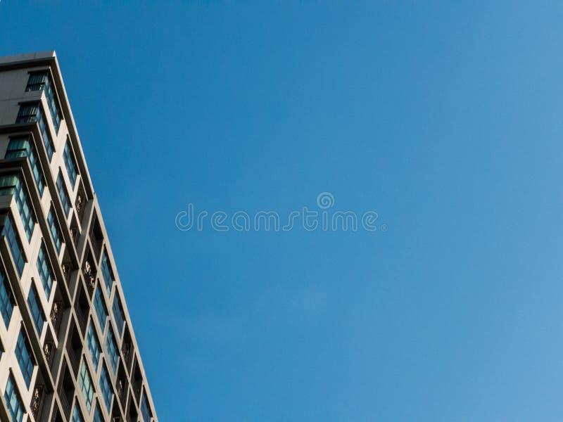 Uprisen-Winkel - Gebäude in der Stadt auf Hintergrund des blauen Himmels lizenzfreie stockfotos