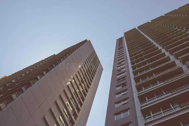 Uprisen-Winkelarchitektur von Reihenwohngebäuden mit blauem Himmel im Hintergrund stockbilder
