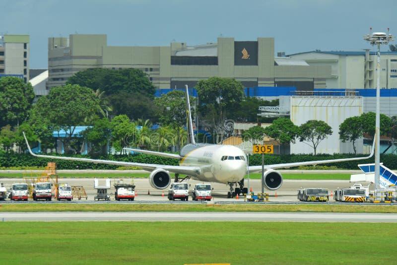 UPS波音767在樟宜机场的货轮停车处 免版税库存图片