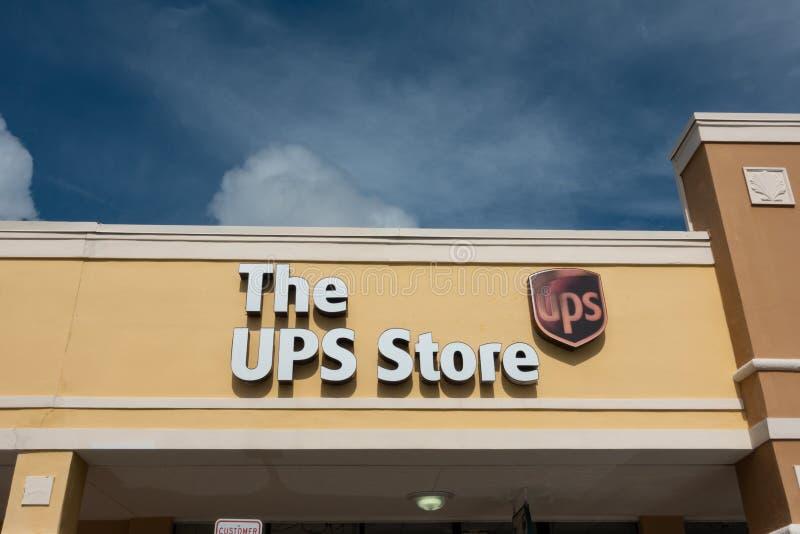 UPS lagerskyltfönstret i en köpcentrum royaltyfria foton