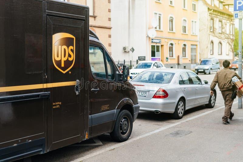UPS United Parcel Service leveransskåpbil med arbetarchauffören fotografering för bildbyråer