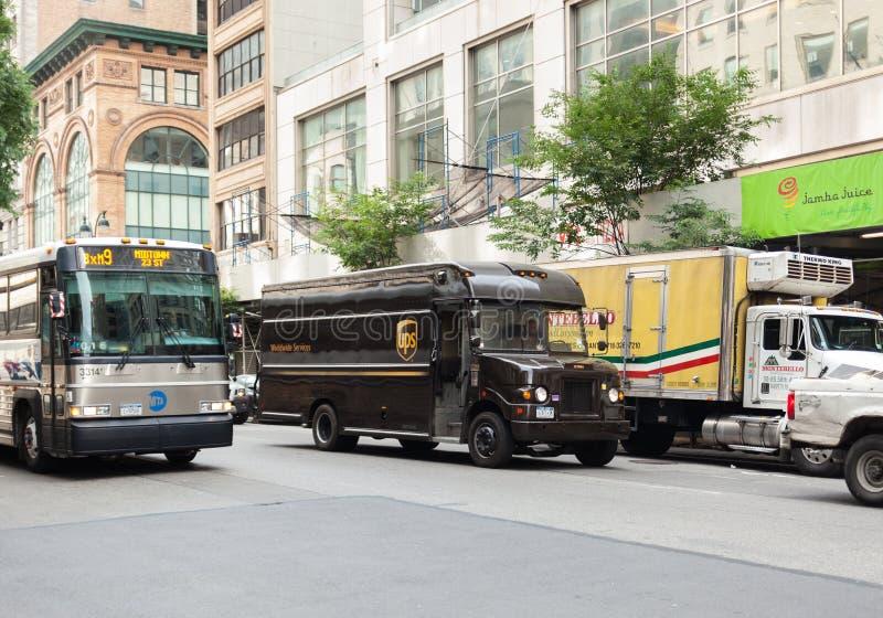 UPS-vrachtwagen in Manhattan stock afbeeldingen