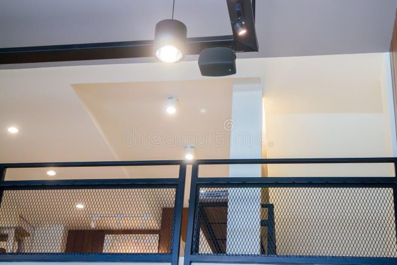 Upstair decorado com luz morna retro fotografia de stock