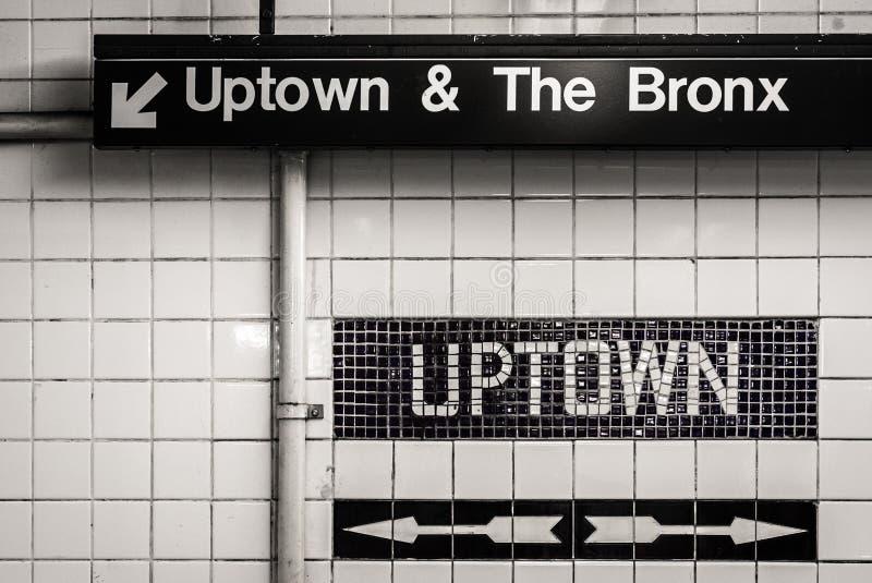 Uptownen och Bronxen undertecknar in en gångtunnelstation i Manhattan, New York City royaltyfria bilder