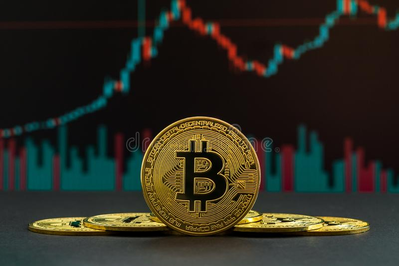 Uptrend do cryptocurrency de Bitcoin mostrado por velas verdes e vermelhas Moeda de BTC na frente do gráfico de troca fotos de stock royalty free