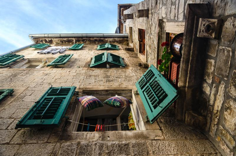 Upview eines Hauses in der alten Stadt von Kotor montenegro lizenzfreie stockfotos